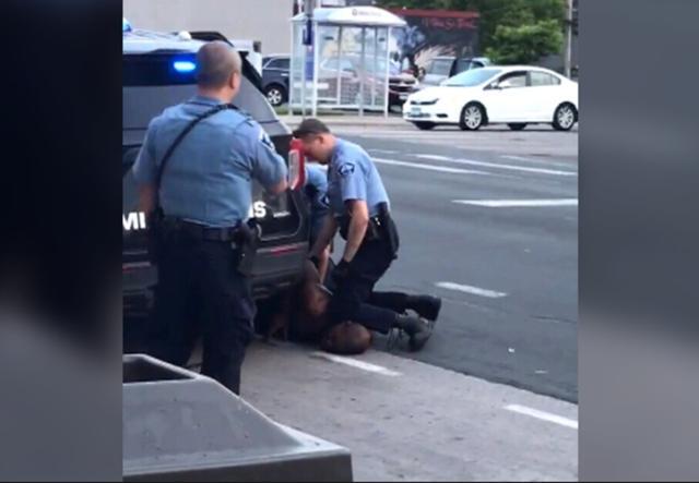 這就是美國警察,視頻記錄下黑人哀求中被踩頸死亡全過程