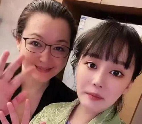 赵本山54岁妻子罕见出镜 与女儿同框知性优雅