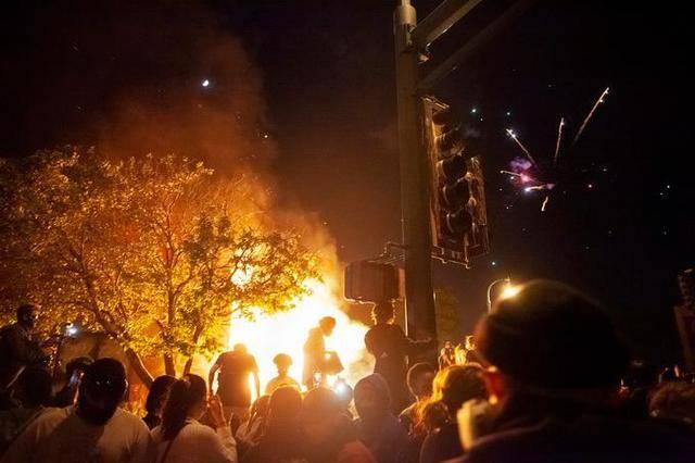 """""""火与怒席卷全美""""美国70余城爆发抗议活动"""