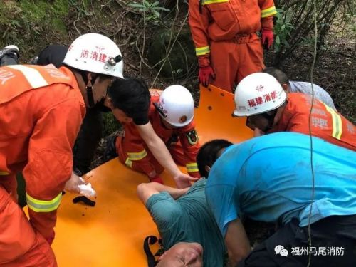 马尾一男子上山采杨梅摔伤 消防徒步10千米营救下山
