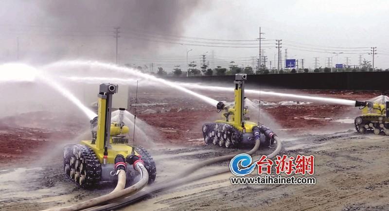 高科技!漳州举行智能消防机器人灭火演练