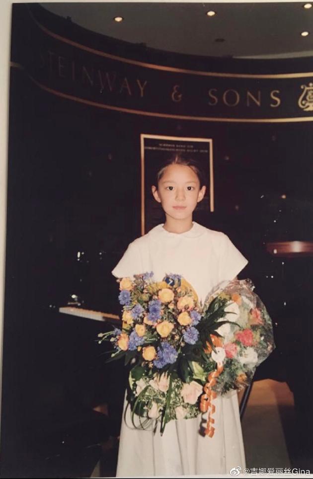吉娜分享童年照穿白色连衣裙手捧花束清纯可爱