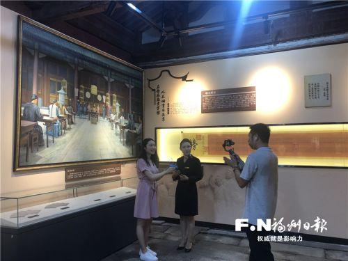 工作人员通过5G直播文庙系列展。记者 吴晖 摄