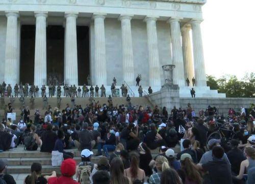 """數百人聚集林肯紀念堂前示威怎么回事?現場圖曝光抗議者表現""""和平"""""""