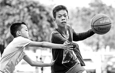 獨臂少年想成為籃球運動員 父親:先把學習學好