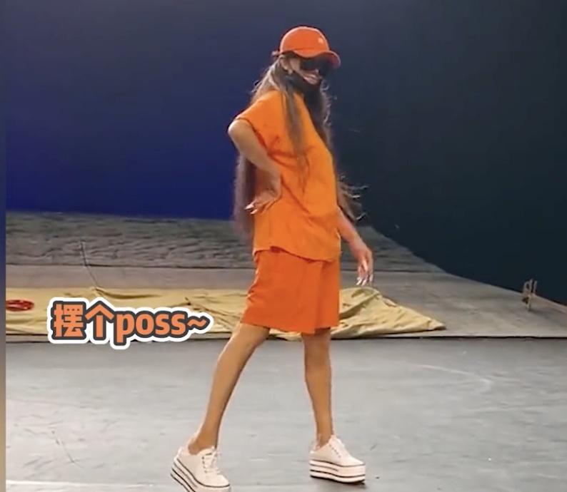 61岁杨丽萍走台步模拟杰克逊舞步洁净利落 长发及腰身材纤细