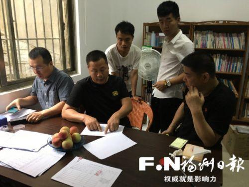 工作人员向村民讲解补偿政策。(松山镇供图)