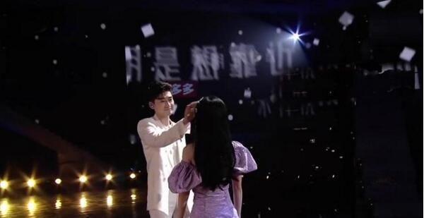 【好嗑】张翰鞠婧祎合唱牵手拥抱上演摸头杀 偶像剧既视感也太甜了吧