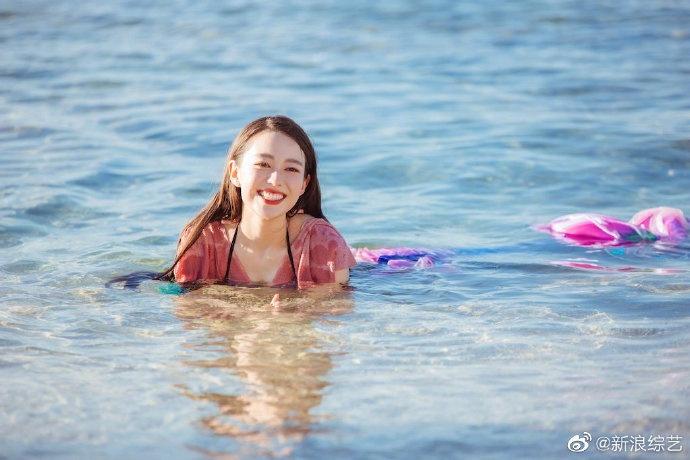《妻子的浪漫旅行4》吉娜最新剧照 吉娜着美人鱼泳装凸显好身材
