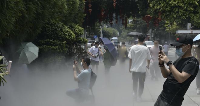 天气炎热,三坊七巷景区启动喷雾降温模式