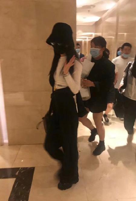 赵丽颖录制《中餐厅》路透照,造型御姐范十足,凸显好身材