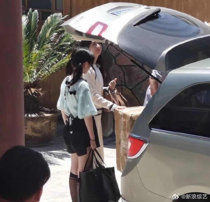 赵丽颖录制《中餐厅4》生图曝光 笑容甜美与工作人员合作搬箱