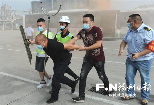 福州:从模拟抢夺方向盘到袭击司机 公交应急演练升级了