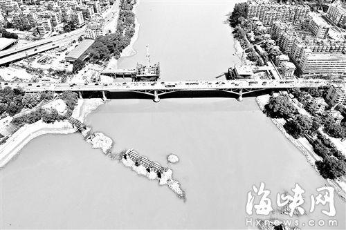 """洪山桥正在进行拓宽工程,将建一座新桥,闽江之上出现了洪山桥""""三代同框""""的景致"""